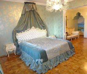 Балдахин и покрывало в спальне
